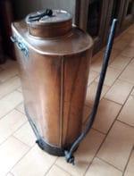 Ancien pulvérisateur en cuivre